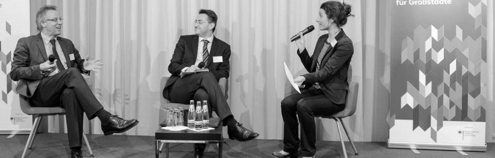 Podiumsgespräch mit Klaus Hebborn (links), Ansgar Wimmer und Moderatorin Miriam Jahnke (rechts)