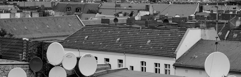 Dach mit Satellitenschüsseln