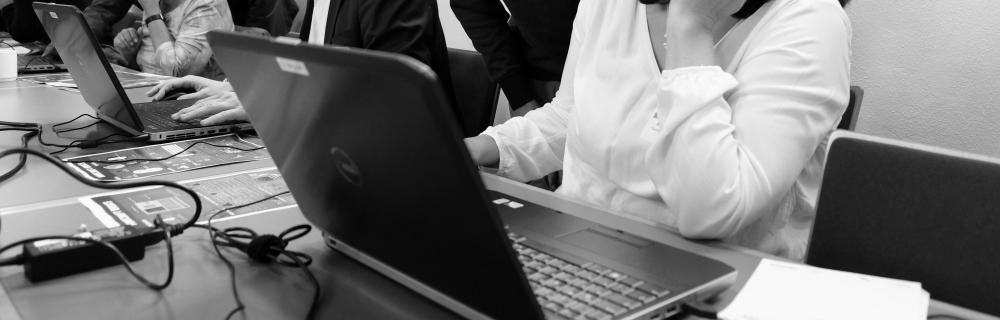 Menschen arbeiten an Laptops.