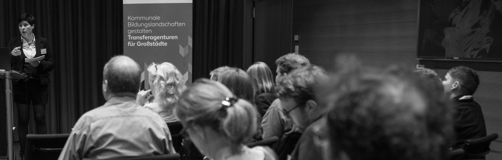 Referentin Claudia Michelfeit hält einen Vortrag