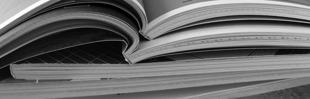 aufgeschlagene Bücher und Broschüren