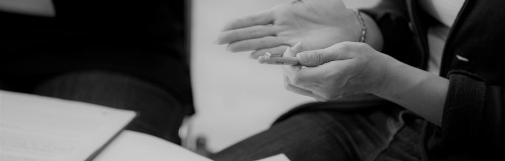 Hände, die hektisch etwas anzeigen