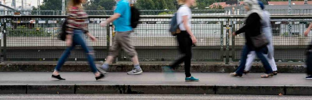 Passantinnen und Passanten auf Warschauer Brücke in Berlin