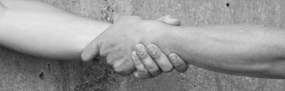 Zwei Hände halten sich aneinander fest