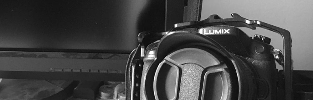 Foto- und Filmkamera vor Monitor