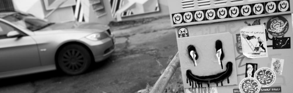 Graffiti und Aufkleber in Großstadt