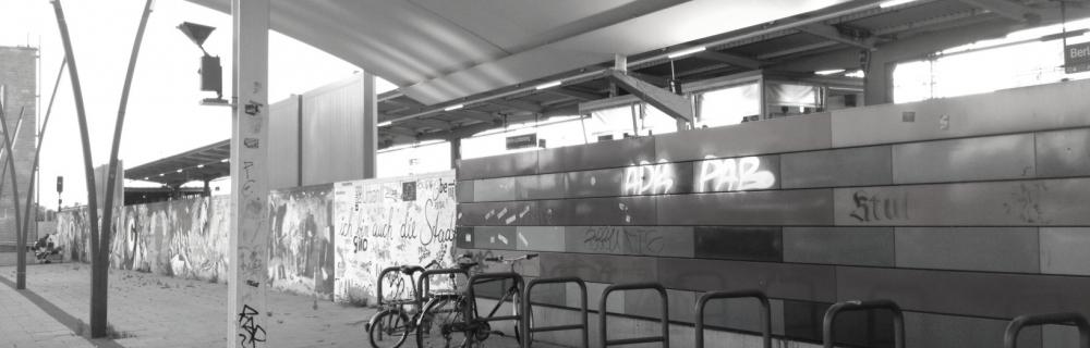 Fahrradständer an einer S-Bahn-Station.