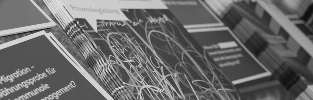 Auslage verschiedener Prospekte und Informationsmaterialien