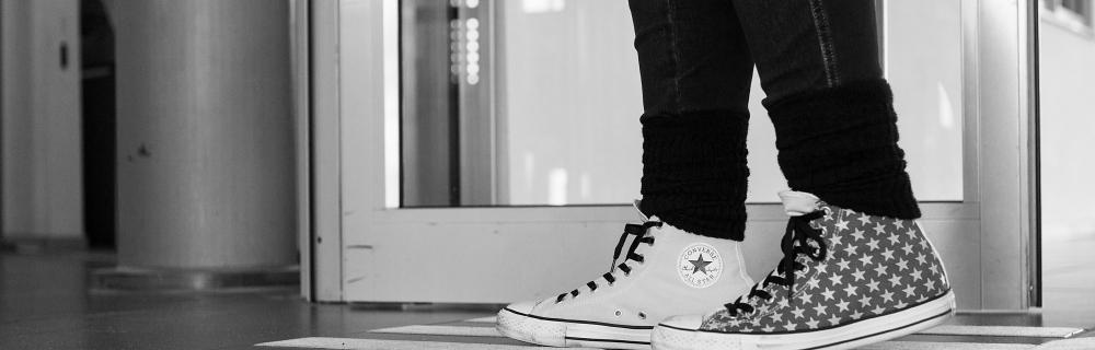 Füße, die einen Schritt nach vorne gehen
