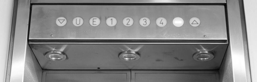 Leuchtanzeige eines Aufzugs, die die Stockwerke anzeigt