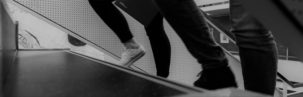 Füße, die Treppe hochlaufen