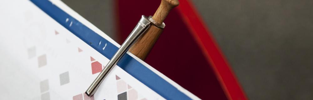 Block, an dem Kugelschreiber klemmt
