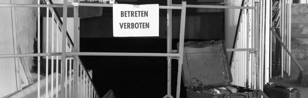 """Baustelle mit Aufschrift """"Betreten verboten"""""""