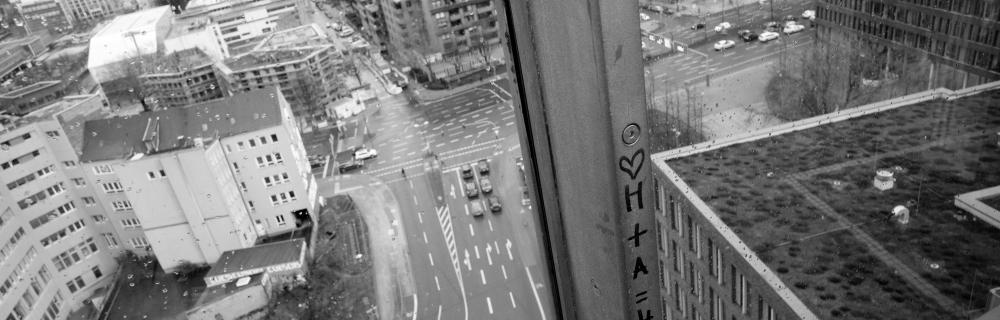 Blick von einem hohen Haus durch ein Fenster in Straßenschluchten