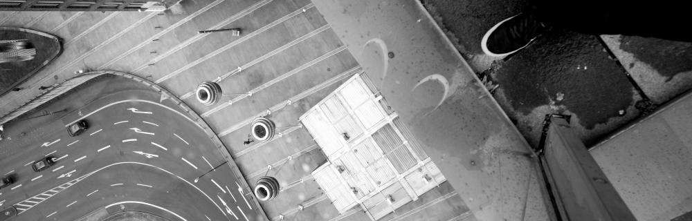 Füße am Rande eines Fenster mit Blick auf die Straße