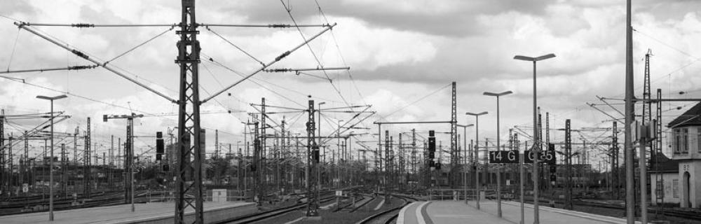 Sicht vom Gleis auf Schienen-Oberleitungen