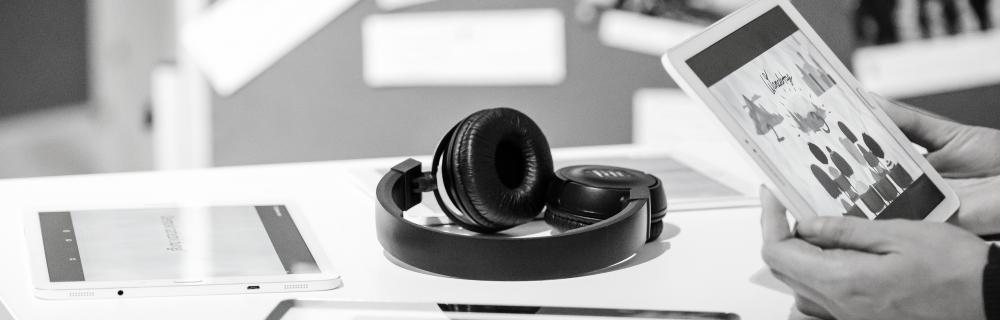Kopfhörer auf Tisch mit Tablets
