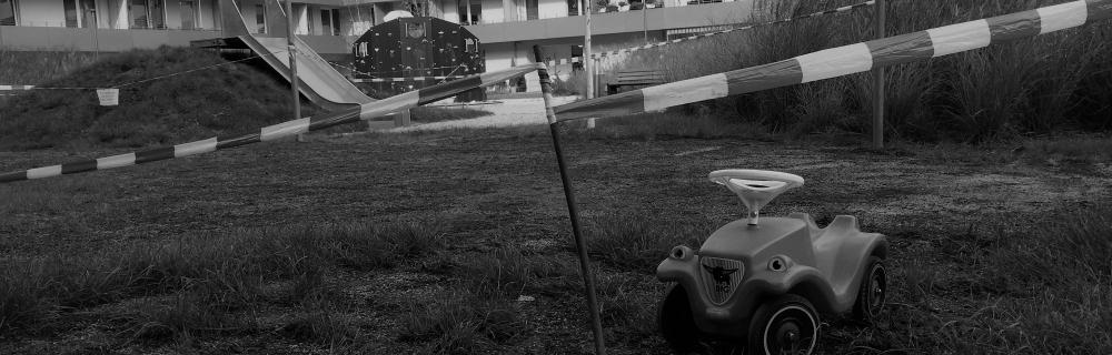 Bobbycar und abgesperrter Spielplatz