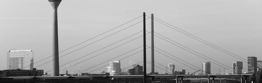 Rheinturm und Rheinkniebrücke in Düsseldorf