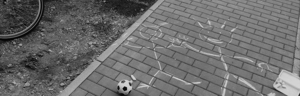 Strichmännchen und Spielutensilien wie Kreide und Fußball
