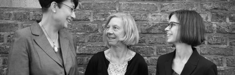 Ulrike Sommer, Geschäftsführerin der gGmbH RuhrFutur, hält einen Zechen-Förderturm in die Höhe, während sie den Entwicklungsbedarf in Sachen Bildung im Ruhrgebiet erläutert.