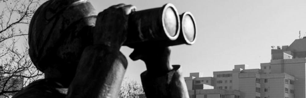 Statue: Mann mit Fernrohr blickt in die Weite