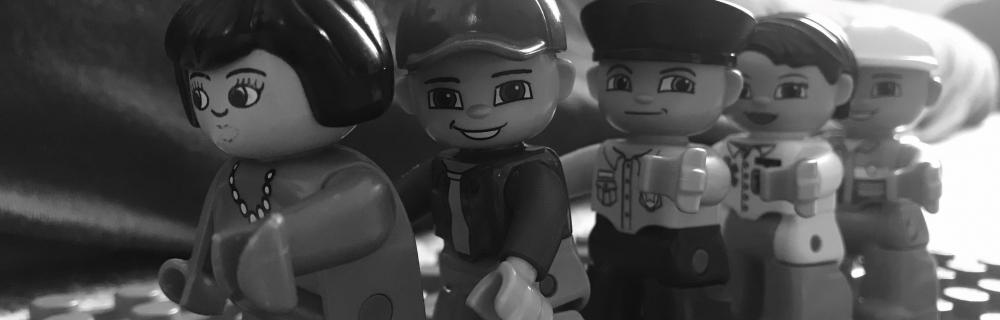 Lego-Figuren bilden Schulter an Schulter eine Reihe