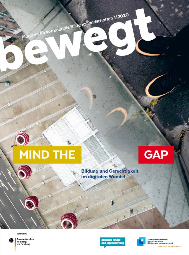 Titel vom bewegt Magazin: Blick von einem hohen Stockwerk auf die Straße