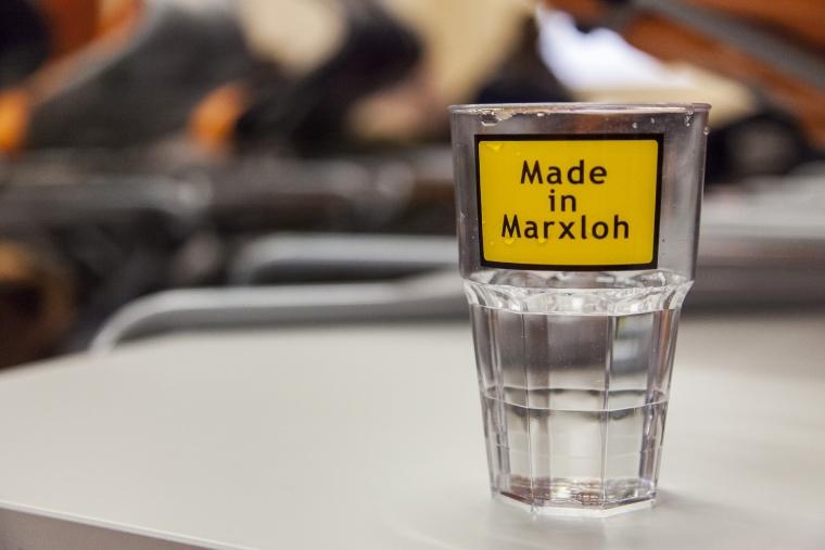 Wasserglas mit Aufkleber